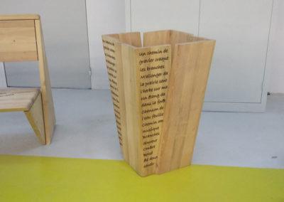 Poubelle en bois gravé